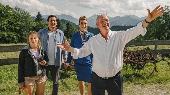 Sophie (Aglaia Szyszkowitz), Ehemann Philippe (Francois Smésny) und Tochter Leonie (Alina Abgarjan) kaufen von Ludwig Fuchsbichler (Christian Hoening, re.) einen alten Hof.