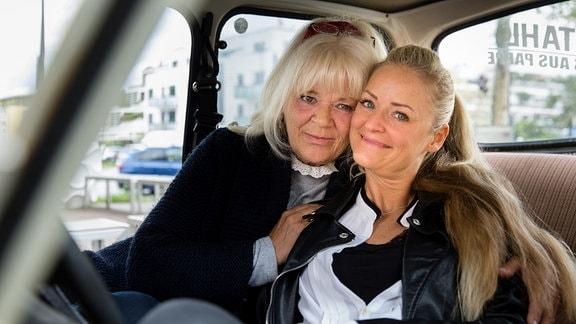 Steffi Seifert und Tochter Katrin Sachsberger in einem PkW.