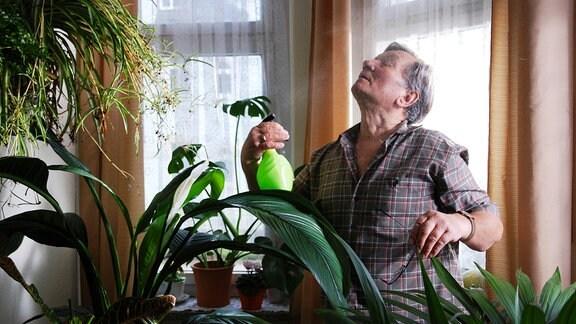 Wolfgang (Klaus Manchen) träumt sich in seinem Grünpflanzenparadies aus seinem Pfleger-Alltagseinerlei weg.