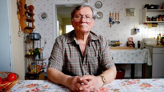 Wolfgang (Klaus Manchen) angespannt am Familienküchentisch: Soll er seine Frau Erika sterben lassen oder zum 1000. Mal Hilfe holen?