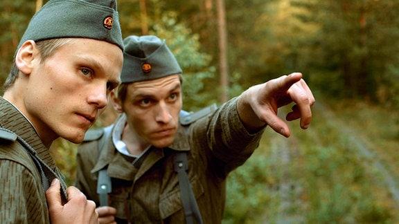 Die NVA-Soldaten Schaller (Anton Spieker, li.) und Schmidt (Nico Ehrenteit) patrouillieren an der Grenze.