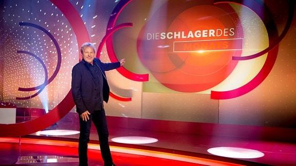 Bernhard Brink vor einer Fernsehkulisse