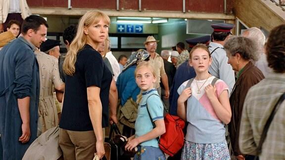 Bahnstation Brasov: Sara entdeckt Richard. Silvia (Maria Ehrich), Sabine (Elisa Schlott), Sara (Veronica Ferres) (v.r.)