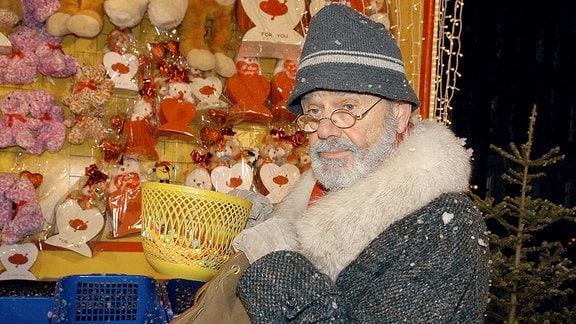 Der mysteriöse Mann ohne Namen (Walter Giller)  auf einem Weihnachtsmarkt. Hier ohne Weihnachtsmann-Kostüm.
