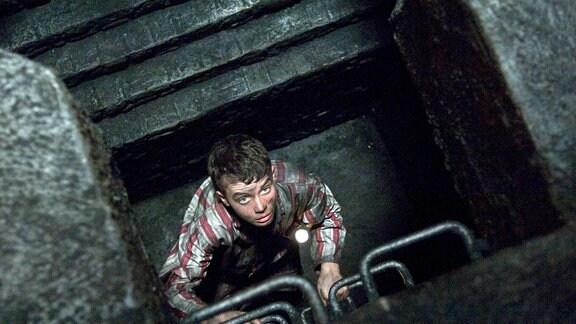 In den Kaminen des Herrenhauses kommt Tolly (Alex Etel) einem alten Geheimnis auf die Spur.