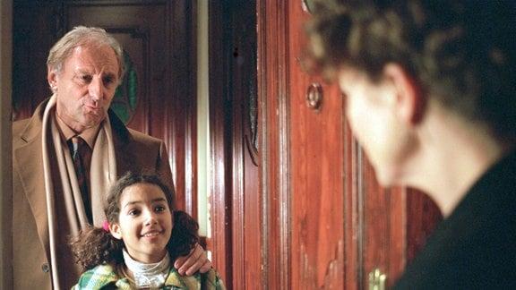 Völlig überraschend erhält die Karrierefrau Katarina (Gudrun Landgrebe, re.) Besuch von ihrem Patenkind Marcia (Amy Mußul, Mitte) und deren Betreuer Claudio (Günther Maria Halmer).