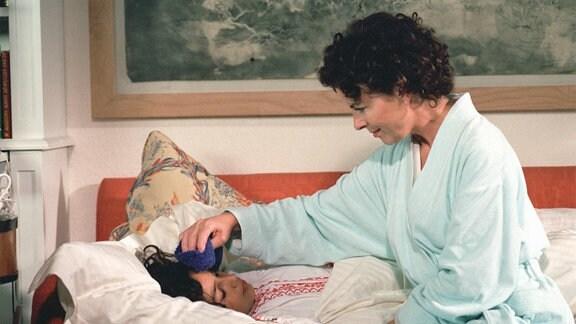 Langsam beginnt Katarina (Gudrun Landgrebe, re.), die kleine Marcia (Amy Mußul) ins Herz zu schließen.