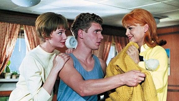 Journalistin Eva (Anna Prucnal, links) und Sängerin Marylou (Eva-Maria Hagen) haben ein leichtes Spiel mit dem ahnungslosen Bootsjungen Moses (Frank Schöbel).