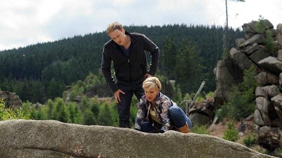 Klara (Wolke Hegenbarth, r.) und ihr Freund Lutz (Sebastian Achilles, l.) begeben sich auf Schatzsuche.