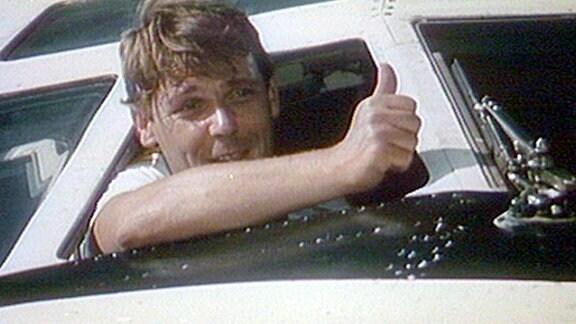 Walter Plathe in der Rolle als Paul Mittelstedt blickt aus dem Cockpit eines Flugzeuges.