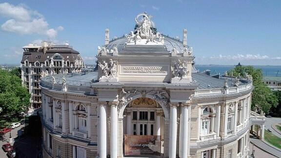 Die Oper in Odessa - eine architektonische Schönheit: Im Hintergrund das Schwarze Meer.