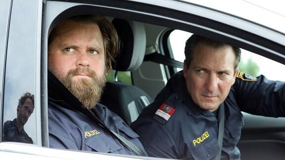 Polizeiinspektor Hannes Bucher muss fürchten, dass ihm seine Kollegen Matthias Hecker (Robert Palfrader, re.) und Manuel Brandstetter (Antoine Monot, Jr., Mitte) auf die Schliche kommen.
