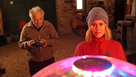 Rudi (Horst Westphal, l.) zeigt Klara (Wolke Hegenbarth, r.) das Ufo.