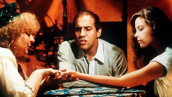 Gibt es eine gemeinsame Zukunft für Busfahrer Barnaba (Adriano Celentano) und die Principessa Christina (Ornella Muti, rechts)? Ein Besuch bei einer Handleserin soll Klärung bringen.