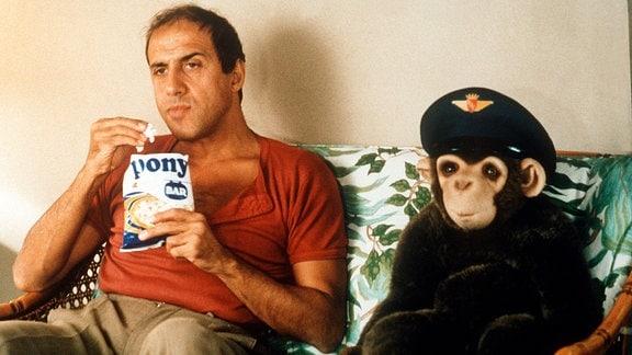 Busfahrer Barnaba Cecchini (Adriano Celentano) auf dem Sofa mit dem Plüschaffen