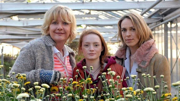 Lilli (Janina Stopper, Mitte) hat plötzlich zwei Mütter: Die Richterin Susanne Jacob (Anneke Kim Sarnau) und die Gärtnerin Karina Bartels (Saskia Vester).