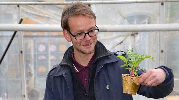 Stadtgärtner Philipp mit seinen Jungpflanzen