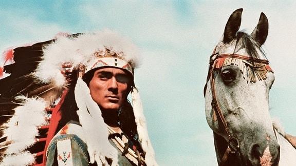 Gojko Mitic als Indianerhäuptling Tokai-itho. Er führt ein Pferd.