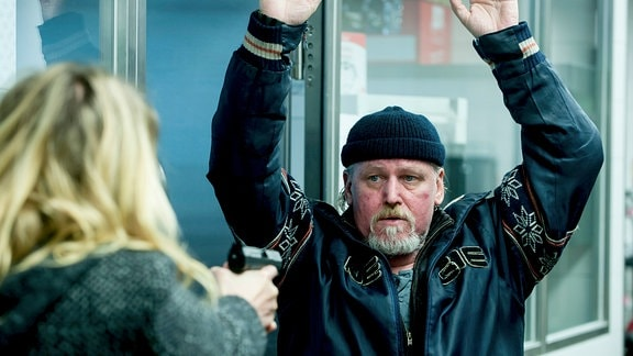 Der ehemals Obdachlose Hansi ergibt sich Kommissarin Henni Sieland: v.l. Kommissarin Henni Sieland (Alwara Höfels), Hansi (Arved Birnbaum)