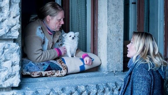Kommissarin Henni Sieland spricht mit Zeugin Frau Grönert: v.l. Kommissarin Henni Sieland (Alwara Höfels), Frau Grönert (Hildegard Schroedter)