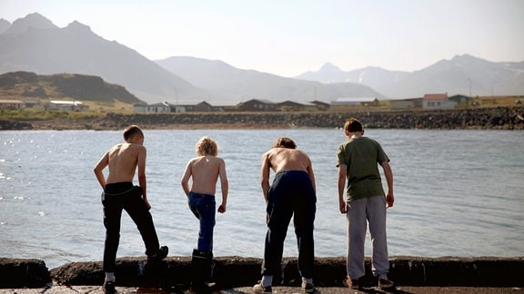 Die Jungs des Dorfes: Guðjón (Sveinn Sigurbjörnsson), Mangi (Theodór Pálsson), Kristján (Blær Hinriksson), Thór (Baldur Einarsson).