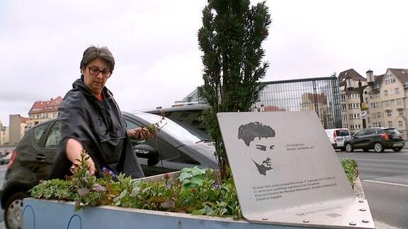 Vaja M. an einer Erinnerungsstätte auf dem Berliner Kaiserdamm. Hier starb 2011 ihr Sohn Giuseppe. Verfolgt von einem jungen Angreifer lief er in den Tod.