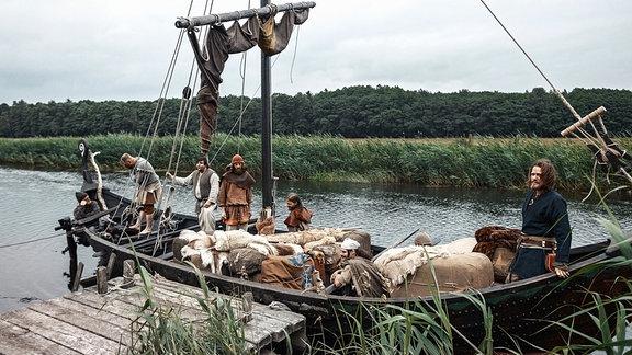 Die Slawen siedelten im frühen Mittelalter zwischen Elbe und Oder häufig an Flussläufen, die wichtige Handelsrouten waren und bis zu den Wikinger-Siedlungen an der Ostsee reichten.