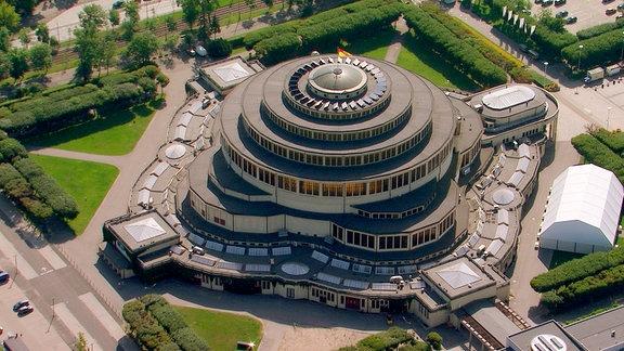 Die Jahrhunderthalle in Breslau mit ihrer freischwingenden Kuppel aus der Vogelperspektive