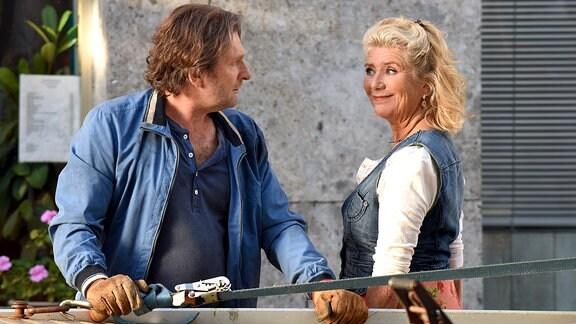 Fanny (Jutta Speidel) versucht mit Charme zu verhindern, das Pächtle (Jörg Witte) ihr Auto abschleppt. Sie lächelt ihn flirtend an.