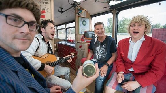Zärtlichkeiten im Bus mit Hartmut Engler