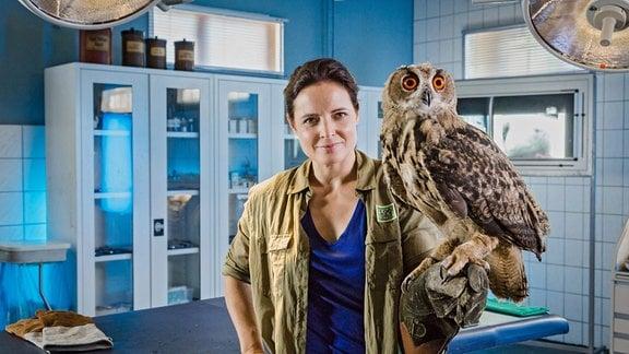 Tierärztin Dr. Susanne Mertens (Elisabeth Lanz. links)