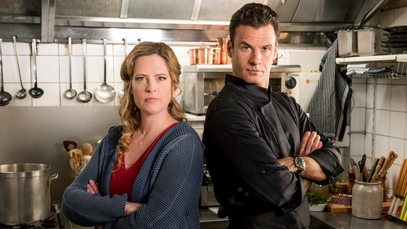 Star-Koch Rufus (Stephan Luca) und Eifel-Wirtin Toni (Diana Amft) kochen um die Wette.