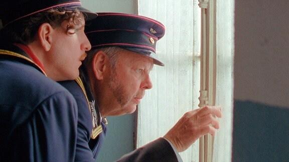 Die Bahnbeamzen Alfons (Fritz Roth, re.) und Milosz (Georg Tryphon) schauen aus dem Fenster.