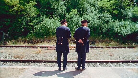 Die Bahnbemten Alfons (Fritz Roth, re.) und Milosz (Georg Tryphon) bei der täglichen Kontrolle auf dem Bahnsteig.