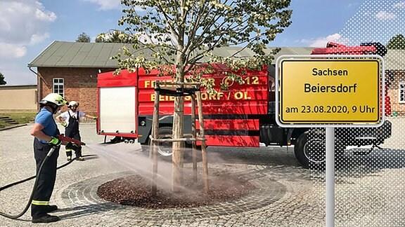 Zu sehen ist die Beiersdorfer Feuerwehr und das Ortsschild.