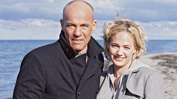 Karoline (Sonsee Neu) mit dem Fotografen Jacob Thiele alias Tom Reuter (Heiner Lauterbach)