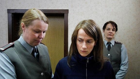 Bettina (Claudia Michelsen, Mitte) steht mit zwei Mitarbeiterinnen des Gefängnisses in einem Raum.