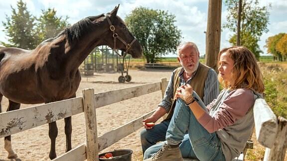 """Paul Brenner (Dieter Hallervorden) sitzt mit Jana (Lena Klenke)  auf einer Bank. Neben ihnen steht das Pferd  """"Rock My Heart""""."""