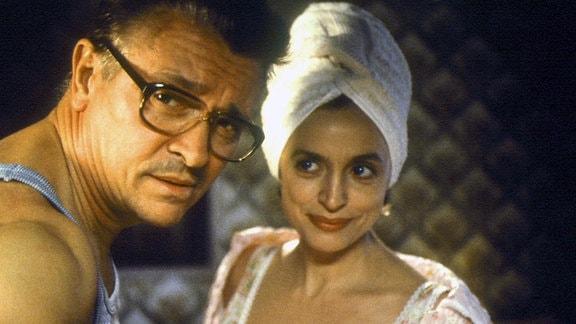 Michaels Mutter Doris (Katharina Thalbach) wäre mit einem falschen Reisepass in den Westen gegangen, hätte sie nicht im letzten Moment an ihren Mann (Henry Hübchen) denken müssen.
