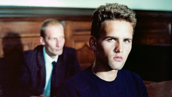 Der 18-jährige Georg Kalisch (Hans-Peter Dahm) muss sich wegen sexuellen Missbrauchs der minderjährigen Barbara Behrend vor Gericht verantworten.