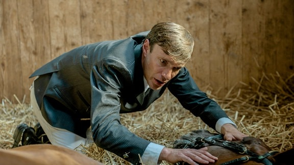 Lexadir geht zu Boden. Max (Christoph Luser) wird panisch und sucht verzweifelt nach Hilfe.
