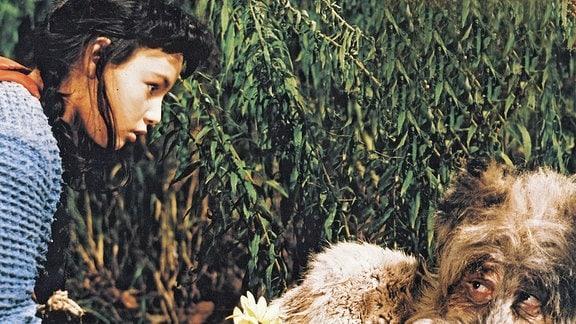 Rotkäppchen (Blanche Kommerell, links) reicht dem Wolf (Werner Disse, rechtsl) eine Blume.