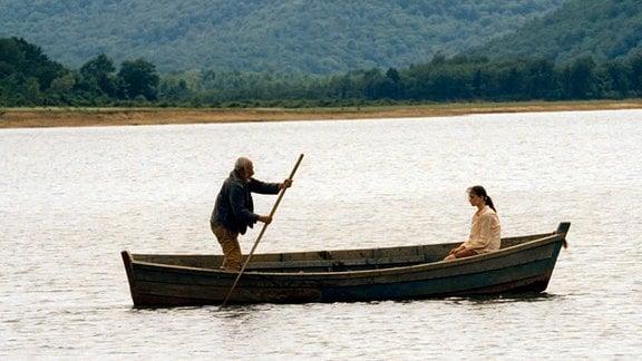 Abgas (Ilyas Salman) Enkelin Asida (Mariam Buturishvili) begleitet ihn im Boot auf die Insel.