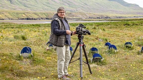 Thomas Junker mit einer Kamera.