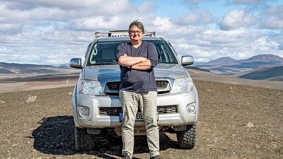 Der Filmemacher Thomas Junker und sein Expeditionsauto