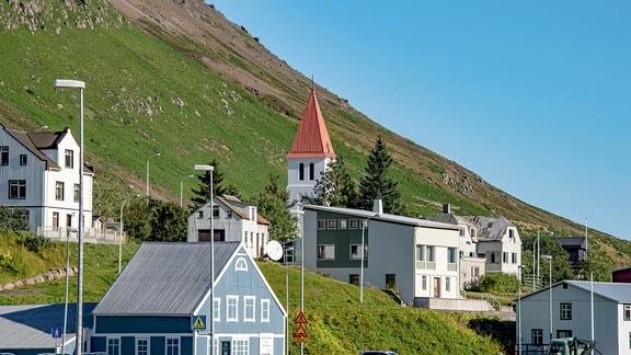 Ein kleines, abgeschiedenes Dorf in Island.