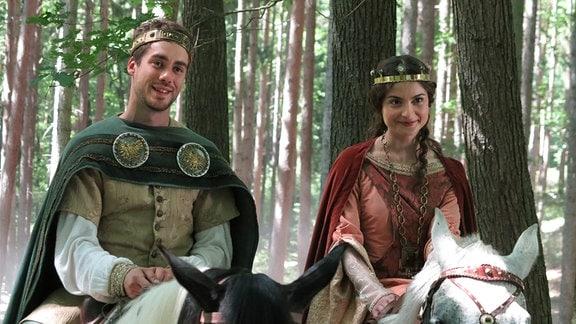 Kronprinz Jan (Patrik D_rgel) reitet mit Prinzessin Viktoria (Eva Josefíková) durch den Zauberwald.