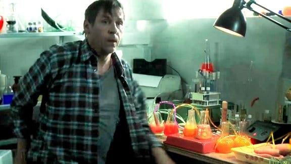 Mann in provisorischem Labor