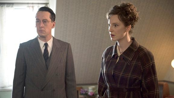 Dr. Adolphe Jung (Hans Löw, l.) und Margot Sauerbruch (Luise Wolfram, r.) beginnen, Professor Sauerbruchs Sekretärin zu misstrauen.