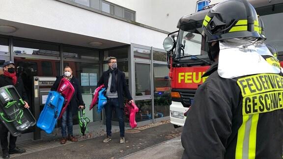 Die Feuerwehr als Geschenketransporter: Es sind Schlitten für den Kindergarten.